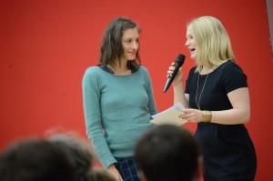 Preisträgerin Lara Schützsack und Moderatorin Jessica Schlage